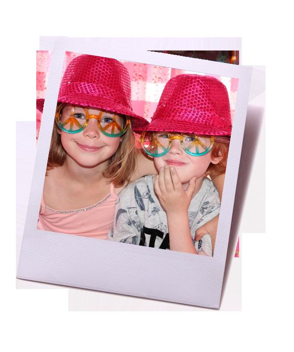 twee meiden met hoedjes en bril